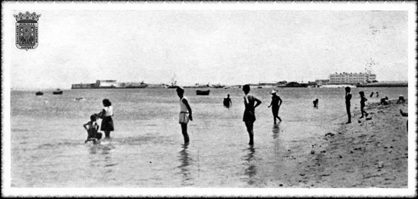 años-50-la-ciudad-también-tuvo-sus-playas-con-orillas-a-la-bahía.-Al-fondo-el-castillo-de-Puntales.-fotos-antiguas-de-cadiz